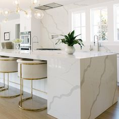 2019 Kitchen Table Trends [ We Analyzed Top Trends ] When we look at this kitchen we know why the quartz countertop trend will dominate Marble looking Statuary quartz creates an unforgettable flow in this modern sleek kitchen. Home Decor Kitchen, New Kitchen, Home Kitchens, Kitchen Ideas, Kitchen White, Kitchen Hacks, Dirty Kitchen, Eclectic Kitchen, Kitchen Paint