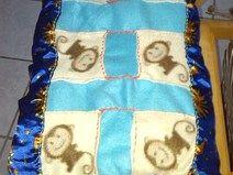 cuscino patchwork in pile con scimmiette