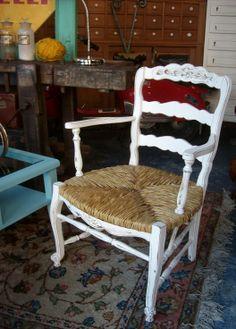 Antiguo Sillon Provenzal de Roble. Encontrara valor en www.unviejoalmacen.com.ar