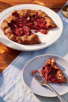 A delicious and elegant strawberry and rhubarb galette to bring along to your next dinner party. Dinner Party Recipes, Holiday Recipes, Wine Recipes, Great Recipes, Rhubarb Galette, Galette Recipe, Food Film, Cupcakes, Sweet Pie