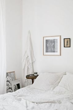 Cozy white scandinavian bedroom | Image via Fantastic Frank