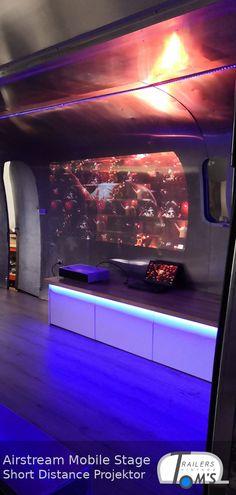 Kurzdistanzprojektion in einer mobilen Airstream Bühne. Airstream, Mobiles, Lounge, Flat Screen, Stage, Concerts, Airport Lounge, Blood Plasma, Drawing Rooms