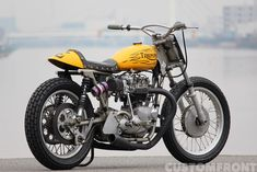 トライアンフのフラットトラッカーカスタム ボンネビル1970 Flat Track Motorcycle, Flat Track Racing, Motorcycle Engine, Triumph Bonneville, Old Bikes, Dirt Bikes, Brat Bike, Flat Tracker, Grand National