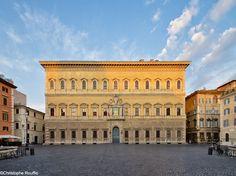 Photo : surnommé « le dé » en raison de sa forme carrée, le palais Farnèse est l'œuvre de plusieurs architectes. Le plus fameux d'entre eux, Michel-Ange, fit réaliser sa corniche de couronnement et l'altière loggia qui ouvre, au premier étage, sur le bureau de l'ambassadeur.