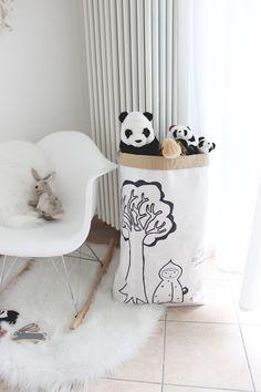 Sacco per i giochi in carta disegnato a mano con albero, lepre e Cappuccetto Rosso di IlluminoHomeIdeas su Etsy