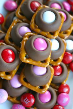 Bake It and Make It with Beth: Chocolate Pretzel Treats (A Pretzel, A Kiss, and M & M) Pretzel Hershey Kisses, Pretzel Treats, Cute Snacks, Cute Food, Easy Appetizer Recipes, Dessert Recipes, Cookie Recipes, Appetizers, Just Desserts