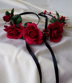 Red rose headband Bridal Flower Crown headpiece by AmoreBride Rote Rose Stirnband Bridal Flower Crow Bridal Flowers, Flowers In Hair, Red Flowers, Red Roses, Flower Hair, Rose Headband, Flower Headpiece, Floral Headbands, Flower Arrangements Simple