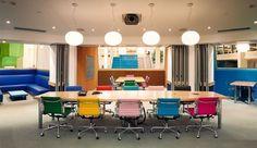 Demasiado color puede cansar o no, sin embargo, el efecto de sillas diferentes colores en una sala de tonos neutros no me desagrada. Encontrado en tablero Office interior design