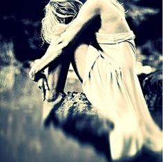 """L'indifferenza ti annulla! Resti sola con la tristezza che ti spezza il cuore ti serra la gola levandoti il respiro. Annaspi in un lago di lacrime che non riescono a lenire il dolore che hai dentro. Arrivi al punto che basta un gesto, uno sguardo per sentirti umiliata, incapace, inadatta...  Perché?  Perché tutto questo capita solo a chi vuole """"amore"""" e da """"amore""""? Perché sentirsi svanire l'anima fa così male? Perché?  E.H."""