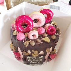 Super girly and uber glamourous pink cake delivered in London decorated with pink doughnuts, golden peanut butter cups, rolos, maltesers and chocolate! Mini Doughnuts, Doughnut Cake, Girly Cakes, Big Cakes, Glamour Cake, Chocolate Pearls, Ombre Cake, Swiss Meringue Buttercream, Donut Party