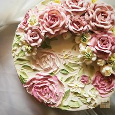 Put some roses on ... Simple finishing Normal buttercream is Classic and Sweet touch #butterblossoms #buttecreamflowers #flowelovers #paintwithknife #paintflowers #paintoncake #buttercreampainting #italianbuttercream #flowerinstagram #cakeflowers #cakepainting #cakeinspiration #vintagestyle