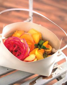 Anleitung Papierblumenkörbe - Ganz einfach selbst herzustellen ist dieses süße Blumenkörbchen:Schneiden Sie einen festen Karton (Format 30 x 30 cm) wie in der Anleitung gezeigt, an den Rändern vier mal ein. Nun klappen Sie den daraus entstehenden mittleren Keil (1) zur Mitte und schlagen die Seitenteile (2+3) zusammen.