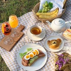 Image about love in — picnic by 𝕍𝕚𝕧 ✧ on We Heart It Picnic Date, Summer Picnic, Beach Picnic Foods, Cafe Menu, Cafe Food, Comida Picnic, Chocolate Belga, Brunch, Tasty