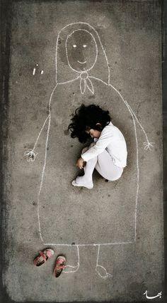Niña de un orfanato durmiendo sobre su madre imaginaria