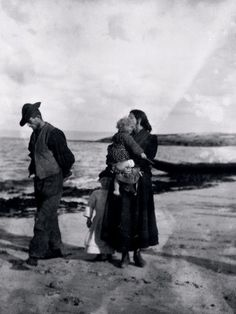 A photo of Aran islanders taken by the famous Irish playwright John Millington Synge at the turn of the century West Coast Of Ireland, Love Ireland, Ireland Country, John Millington, Irish Costumes, Irish Catholic, Old Irish, Irish Culture, Ireland Homes
