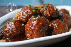 Gehaktballetjes staan hier regelmatig op het menu. De gehaktballetjes in ketjap pindasaus (slowcooker) zijn heerlijk met rijst, groenten en een frisse komkommersalade.