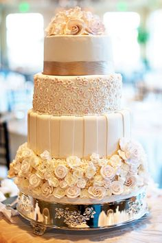 We love the mix-and-match patterns on this pretty wedding cake!