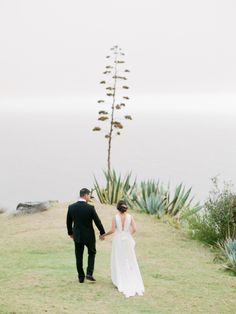 Photography : Jessica Kay Read More on SMP: http://www.stylemepretty.com/2016/11/14/an-epic-wedding-ceremony-set-cliffside/