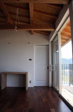 真っ白なしっくい壁に天井の木目。 デザイン住宅.狭小住宅|大阪.兵庫.京都|一級建築士事務所 Coo Planning
