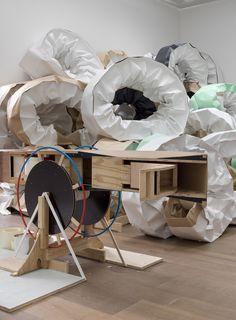 Erfahrbare Kunst: Werkelt mit an Michael Beutlers Rauminstallation im Hamburger Bahnhof