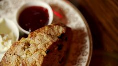 Scones aux canneberges - Recettes - À la di Stasio Quebec, Breakfast Muffins, Dessert Recipes, Desserts, Biscotti, Tea Time, Banana Bread, Yummy Food, Sweets