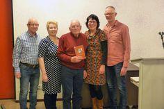 86-jarige Bernard ten Velde uit Klazienaveen signeert zijn tweede boek