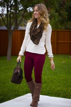 How to Wear Burgundy Jeans or Pants - lots of pics and ideas - love the idea of burgundy pants! Jean Outfits, Casual Outfits, Cute Outfits, Outfit Pantalon Vino, Fall Winter Outfits, Autumn Winter Fashion, Look Chic, Outfit Jeans, Burgundy Pants Outfit