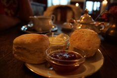 Feine englische Kuchen, Stückchen, dazu eine Tasse heißen Tee. Das alles gibt es in der Stadmitte am Fluss Saarbrücken. Marmelade und Kuchen mit Rahm. Oh ist das lecker. Dazu ein guter Tee. Auch englisches Frühstück gibt es hier. Wir kommen wieder! #stadtmitteamfluss #saarbruecken #bakerstreet #cafe Baker Street, Ice Cream, Desserts, Food, English Recipes, English Cuisine, Marmalade, Cake, Baked Goods