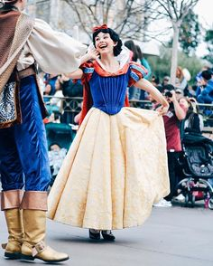 Can i do a snow row. Walt Disney Pictures Movies, Disney Pics, Disney Day, Disney Stuff, Disney World Castle, Shakespeare Characters, Mal And Evie, Snow White Disney, Disney Face Characters