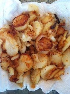 Crunchy edges, flavorful mouth popping bits of potato with that fresh sauteed onion is the best taste in the world! Try Southern Fried Potatoes and onions! This is the healthiest dish, although it is delicious. Skillet Fried Potatoes, Smothered Potatoes, Fried Potatoes Recipe, Sliced Potatoes, Best Fried Potatoes, Country Fried Potatoes, German Fried Potatoes, How To Fry Potatoes, Fried Breakfast Potatoes