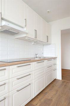 Inspiration till kommande k ksrenovering Home Living Room, Interior Design Living Room, Interior Design Videos, Kitchen Cabinets Decor, Elegant Dining Room, Design Moderne, Kitchen On A Budget, Kitchen Remodel, House Design