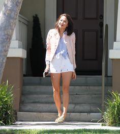Look da Vivi Kim casual com short branco, camisa listrada e jaqueta de couro rosa millenial.