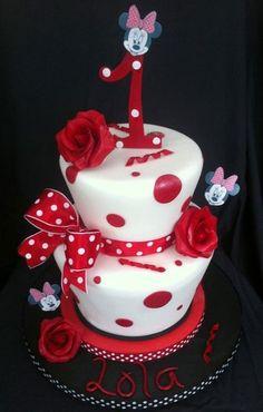 Torta di Minnie a sfondo bianco con rose, fiocco e pois rossi