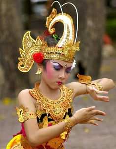 Balinese dancer #Bali #Indonesia #dance Bali Lombok, We Are The World, People Of The World, Traditional Fashion, Traditional Dresses, Folk Dance, Dance Art, Vietnam Costume, Rare Clothing