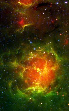 """Nebulosa Trífida (NGC 6514, M20, SH2-30, RCW 147, Gum 76, LBN 27, B 85). El nombre de la nebulosa significa """"dividido en tres lóbulos"""". Es una nebulosa tanto de emisión como de reflexión, una región H II en la constelación de Sagitario próxima a la Nebulosa de la Laguna."""
