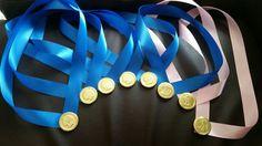 Medaillen aus Schokoladenmünzen und Seidenband selber machen