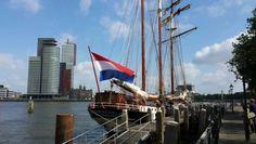 prachtig Hollands tafereel in De Veerhaven van Rotterdam. oud VOC schip onder hollandse vlag met op de achtergrond zo prominent De Rotterdam. het grootste kantoorgebouw van Europa..prachtig