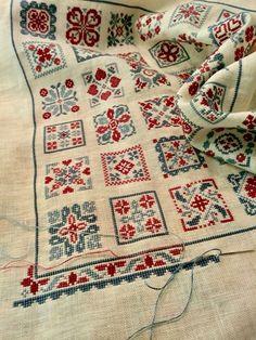 Cross Stitch Pillow, Cross Stitch Love, Cross Stitch Designs, Cross Stitch Patterns, Loom Patterns, Cat Cross Stitches, Cross Stitching, Cross Stitch Embroidery, Palestinian Embroidery