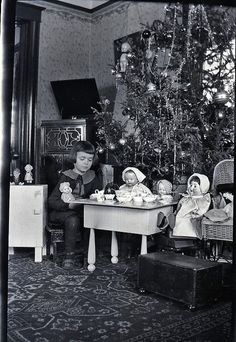 Early 1900's photo of little girl & Christmas tree.