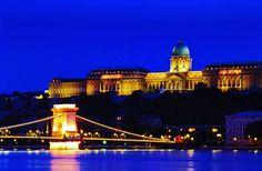 #Budapest, #Hungary at #night #EuropeTravelwithMIR #hungarytravel #hungarytourism #visithungary #visitbudapest #everydaycentraleurope #centraleuropetourism #travel #tourism #instapassport #travelgram #wanderlust #worlderlust #beautifuldestinations #eurotrip #chainbridge #parliament #cityview #nightlights #citylife