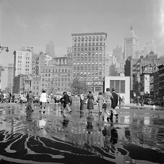 beautiful Vivian Maier photograph. September 26, 1954 in New York City