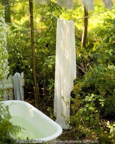 Criar um spa em seu jardim...um refúgio ao ar livre uma banheira no jardim... e nem precisa ser uma hidromassagem....pode ser um chuveiro se preferir... e você pode criar um zona mais privativa., usando cortinas