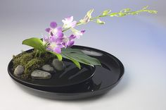 This love for flowers is raised to the art level, called Ikebana Ikebana Arrangements, Ikebana Flower Arrangement, Floral Arrangements, Deco Floral, Arte Floral, Bonsai Plante, Arreglos Ikebana, Contemporary Flower Arrangements, Sogetsu Ikebana