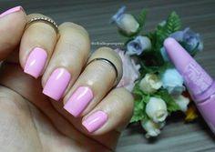 Domingo preguiçoso! Perfeito para lembrar dessa esmaltação 💕💕 #TortadeAmora da @mundial_impala #blogbellealmeida #nails #pink