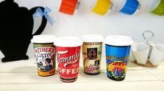 Para cuando tengas mucha prisa y no puedas tomarte el cafelito con tranquilidad, tenemos estas tazas para llevar de cerámica con tapa de silicona y un diseño retro. ¡Haz que tus mañanas sean Different!