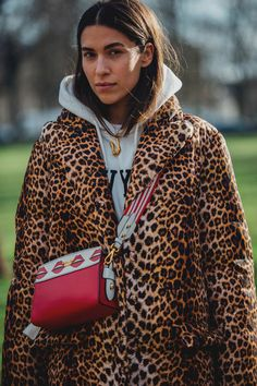 Paris Fashion Week is in full swing. See the best Paris Fashion Week street style from the shows circuit. All the Paris fashion week street style inspiration you need from the shows at PFW. Fashion Week Paris, Fashion Week 2018, Autumn Fashion 2018, Leopard Print Outfits, Leopard Print Coat, Leopard Fashion, Street Style 2018, Street Style Women, High Street Fashion