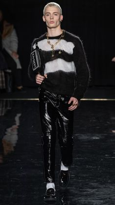 VERSACE Pre-Fall 2019 Ready-To-Wear Look #23 featuring JOÃO KNORR / NEW YORK FASHION WEEK Men's Fashion, Teen Boy Fashion, Fashion Addict, Urban Fashion, Winter Fashion, Fashion Outfits, Versace, La Mode Masculine, Simple Outfits