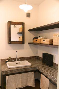 タイルトップのL型洗面台。造作した棚にはバスケットを使って収納することでかわいく空間を演出する効果もありますね♪ 開閉式の鏡BOXの中には歯ブラシやコップをしまうことで生活感が出すぎず、でも普段使いし易いようNさんの暮らしを考えたサニタリースペースに仕上がっています。 #洗面台 #洗面化粧台 #ナチュラルインテリア #sanitary #カフェ風 #造作 #鏡 #インテリア #ゼスト倉敷 #ゼスト #zest #倉敷 #岡山 #タイル洗面 #かわいい家 #洗面所 #収納 #飾り棚 #洗面所インテリア #サニタリー
