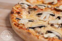 Pizza Prosciutto e Funghi (Tomato sauce, cheese, ham, mushroom)