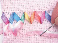 Vá para o terceiro passante e passe com a agulha por baixo dos 6 primeiros fios livres. Ribbon Work, Silk Ribbon, Monks Cloth, Swedish Weaving, Ribbon Embroidery, Plastic Canvas, Needlework, Diy And Crafts, Sewing Patterns